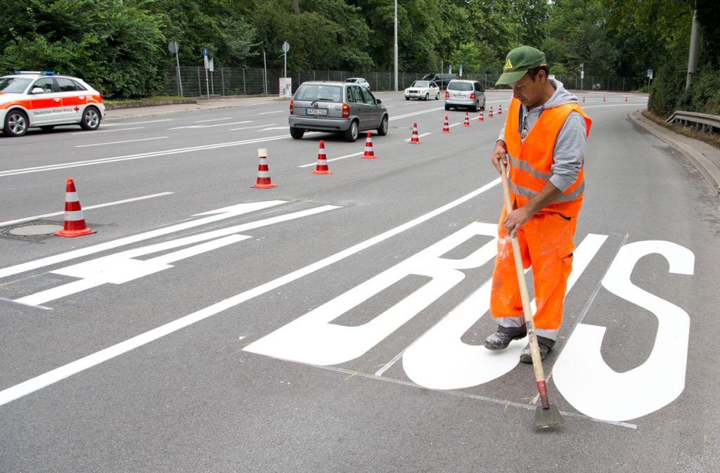 Markierungsarbeiten in der  Kurve am Neckartor in Stuttgart: Hier fährt jetzt nur noch der Bus. Foto: Lichtgut/Oliver Willikonsky