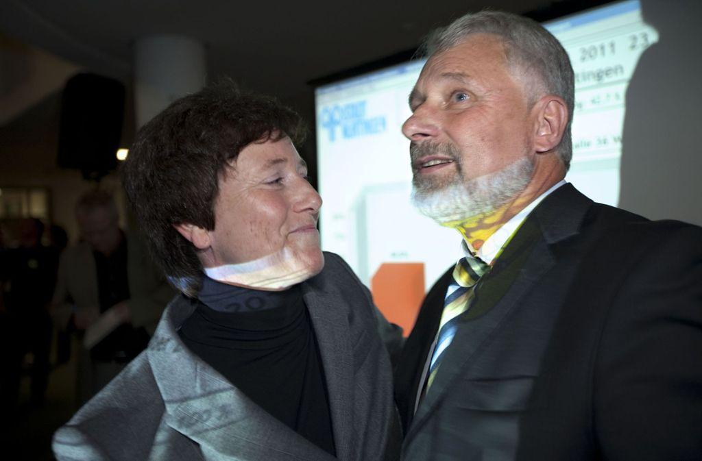 Die Kulturbürgermeisterin Claudia Grau gratuliert Otmar Heirich bei dessen Wiederwahl im Oktober 2011. Foto: Horst Rudel