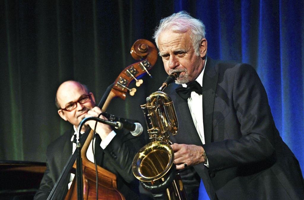Entertainer Roland Baisch (rechts) mit seinem wunderbaren Count Baischy Orchester, im Hintergrund Florian Dohrmann  am Bass. Foto: Horst Doemoetoer