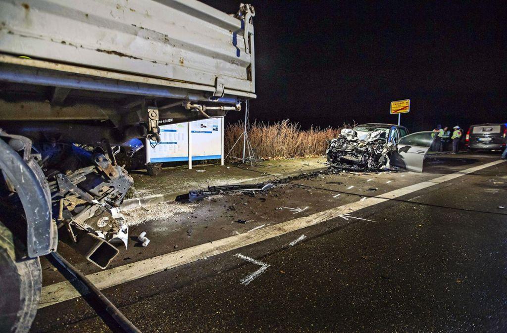 Todesfahrt in der Dezembernacht: An Rettung war bei diesem Verkehrsunfall am Ortseingang von Rommelshausen nicht mehr zu denken. Foto: 7aktuell.de/Simon Adomat