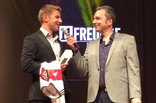 Typ des Jahres: Thomas Hitzlsperger (links) nimmt den Preis von 11 Freunde entgegen. Foto: twitter.com/ThomasHitz