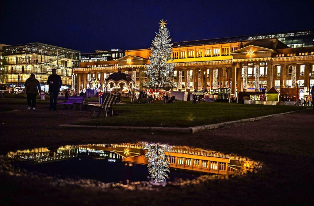 Ein neues Beleuchtungskonzept soll die Besucher des Weihnachtsmarkts beeindrucken. Mehr Raum für die Veranstaltung gibt es vorerst nicht. Foto: Lichtgut/Max Kovalenko