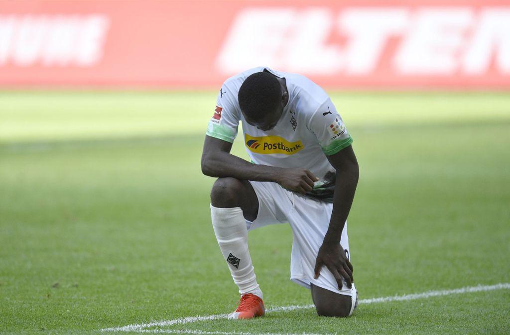 Marcus Thuram hat seinen ersten Treffer für Gladbach gegen Berlin mit einem Kniefall bejubelt. Foto: AP/Martin Meissner