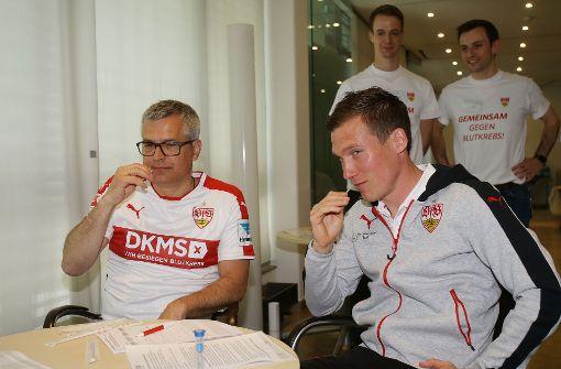 Gehen mit gutem Beispiel voran: VfB Trainer Hannes Wolf (rechts) und Franz Reiner, Vorstandsvorsitzender der Mercedes-Benz-Bank, bei der Typisierung mit einem Wattestäbchen. Foto: Pressefoto Baumann