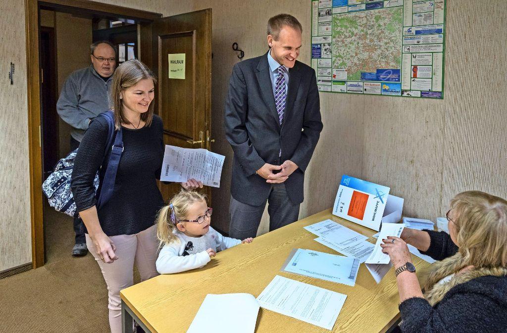 Thomas Schäfer mit Frau und Töchterchen bei der Stimmabgabe. Foto: factum/Weise