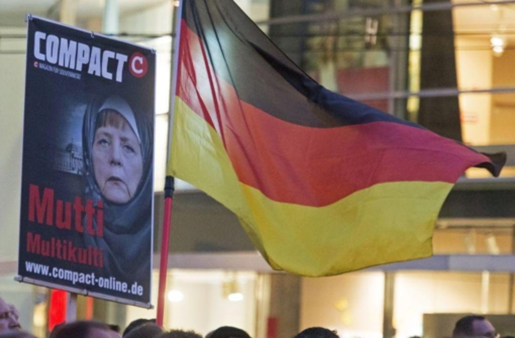 In Erfurt haben sich 5000 Menschen versammelt, um gegen die Asylpolitik der Regierung zu demonstrieren. Foto: AP