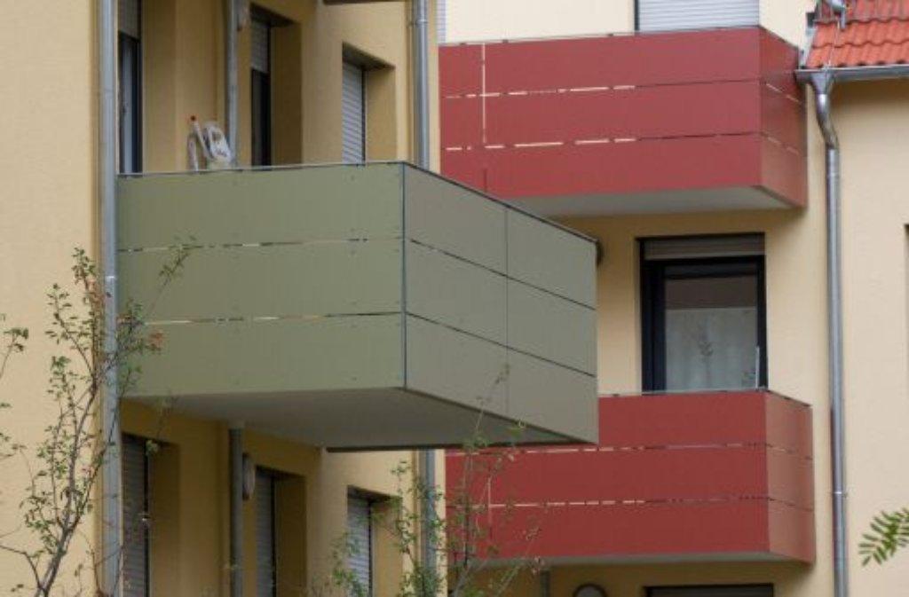Nach einem Gerangel fällt ein Mann in Süßen vom Balkon. Völlig unbeeindruckt von dem Sturz aus fünf Metern Höhe setzt er anschließen den Streit mit seinem Kontrahenten fort. Foto: dpa/Symbolbild