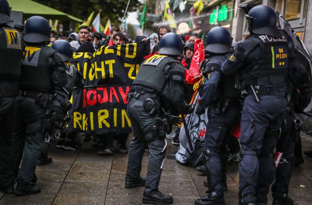 Bei mehreren Kurdendemos kam es zu Auseinandersetzungen mit der Polizei. Foto: dpa/Schmidt (Symbolbild)