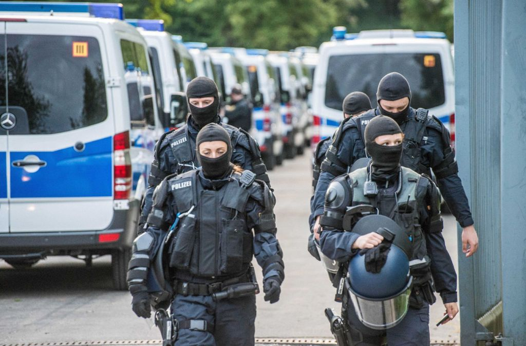 Starke Polizeikräfte fahren in der Nacht zum 3. Mai in der Landeserstaufnahmeeinrichtung in Ellwangen vor. Foto: SDMG
