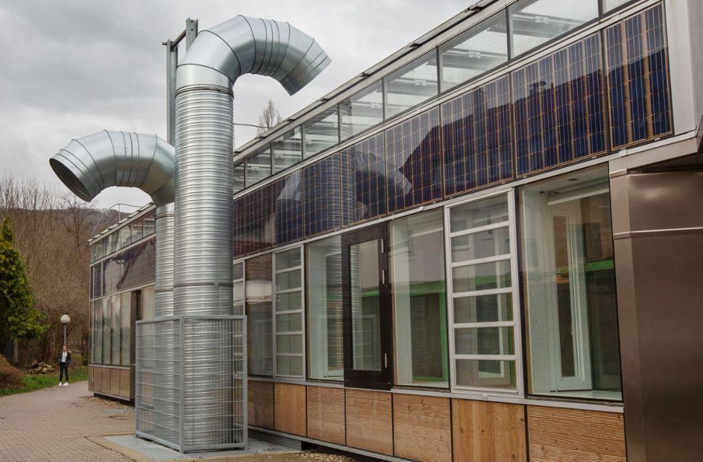 Die Sanierung der Geislinger Schule, im Bild  ein Teil der neuen Fassade, ist völlig missglückt. Foto: /Ines Rudel