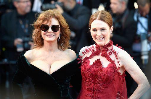 Die Schauspielerinnen Susan Sarandon (links) und Julianne Moore zeigten in Cannes viel Haut. Mehr Bilder vom Roten Teppich gibt es in unserer Fotostrecke. Foto: Getty Images Europe