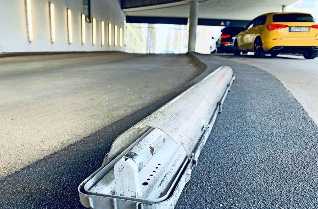 Abgerissen und auf den Boden geworfen: Kaputte Neonröhren an der Parkhauseinfahrt Foto: Götz Schultheiss
