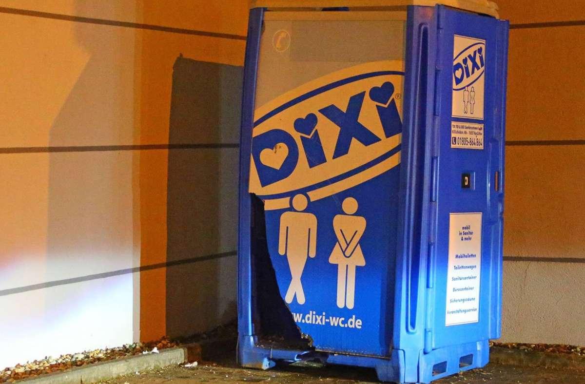 Wer hat das Dixiklo in der Ziegelbachklinge in Eislingen angezündet? (Symbolbild) Foto: imago/Becker&Bredel/imago stock&people