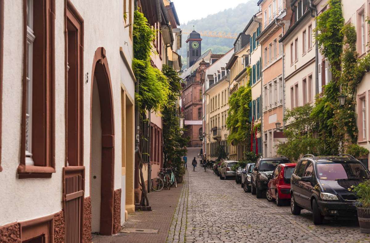 Der Kommunale Ordnungsdienst untersagt Anwohnern in der Heidelberger Altstadt, vor ihren Häusern zu sitzen (Symbolbild). Foto: imago//Westend61