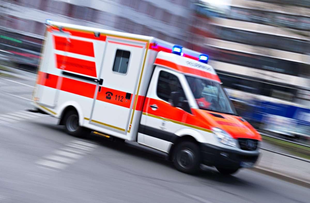 Alarmierte Rettungskräfte brachten die Seniorin in ein Krankenhaus (Symbolbild). Foto: dpa/Nicolas Armer