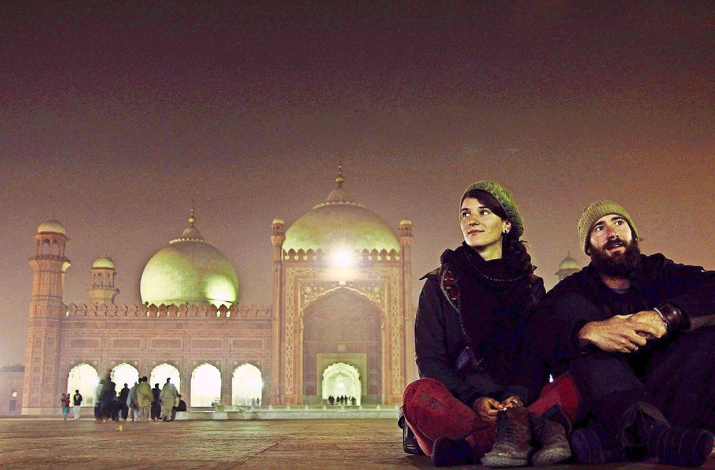 Gwendolin Weisser und Patrick Allgaier vor der Badshahi-Moschee  in Lahore in  Pakistan, einer der  größten Moscheen der Welt. Foto: Weit GbR