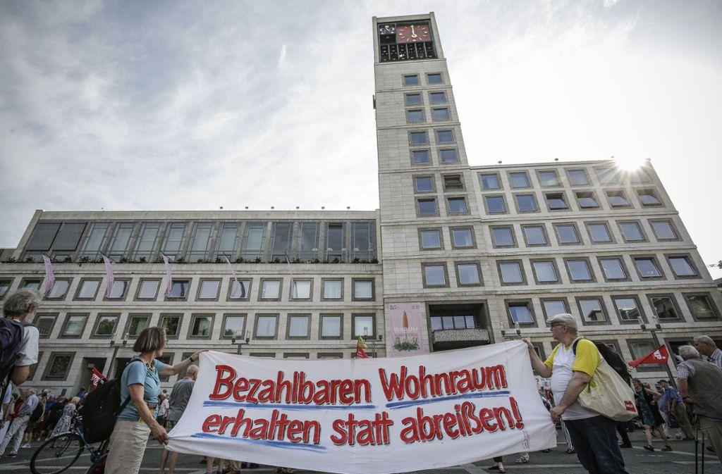 Demonstranten hatten sich im Frühjahr zu einer Kundgebung anlässlich des Immobilien-Dialogs vor dem Stuttgarter Rathaus versammelt. Sie forderten bezahlbaren Wohnraum. Foto: /Lichtgut/Leif Piechowski