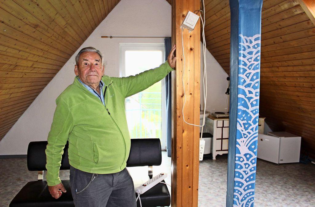 Hans Fischer ist froh, dass er sein ausgebautes Dachzimmer mit Nasszelle endlich vermietet hat. Das war gar nicht so leicht Foto: Caroline Holowiecki