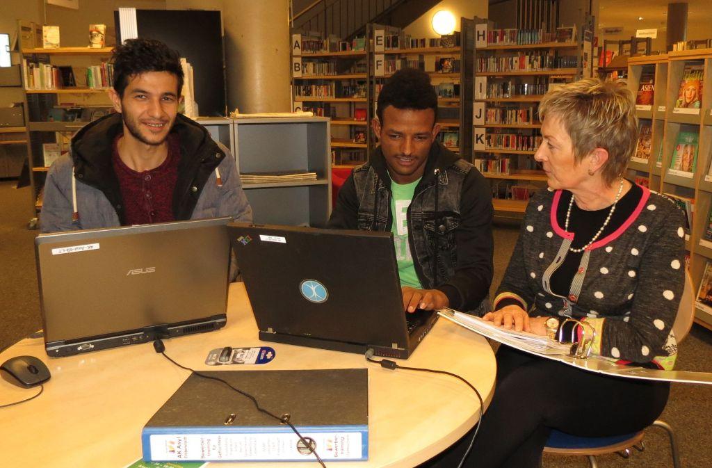 Rahim (links) und Frenicael lassen sich von Sabine Ewinger beraten. Foto: Otto-H. Häusser