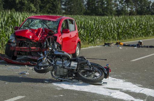 Motorradfahrer bei Unfall auf L1225 schwer verletzt