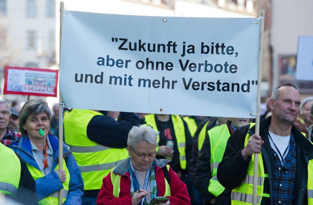 Einige Hundert Menschen haben in der Nähe des Neckartors in Stuttgart gegen Fahrverbote demonstriert. Foto: Oliver Willikonsky-Lichtgut