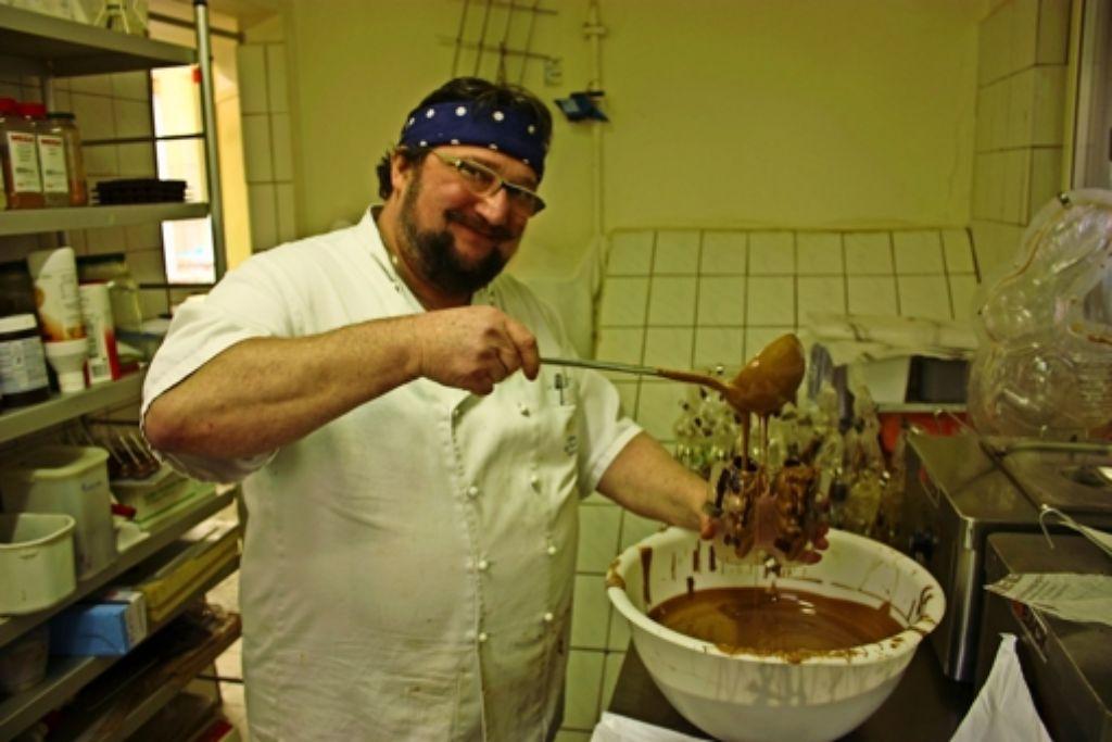 Der Chocolatier Horst Klaiber gießt große und kleine Schokohasen selbst. Foto: