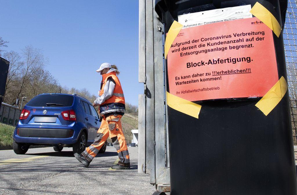"""Der Abfallwirtschaftsbetrieb warnt auch an der Einfahrt zur Entsorgungsstation am Katzenbühl oberhalb von Esslingen vor """"erheblichen Wartezeiten"""". Foto: Horst Rudel"""