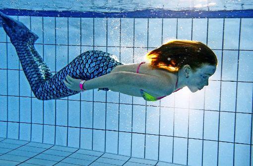 Als Meerjungfrau durch's Becken gleiten