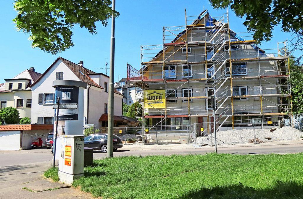 Das Gebäude Erwin-Bälz-Straße 35 (rechts) ist nach Ansicht vieler Nachbarn zu wuchtig. Foto: Otto-H. Häusser