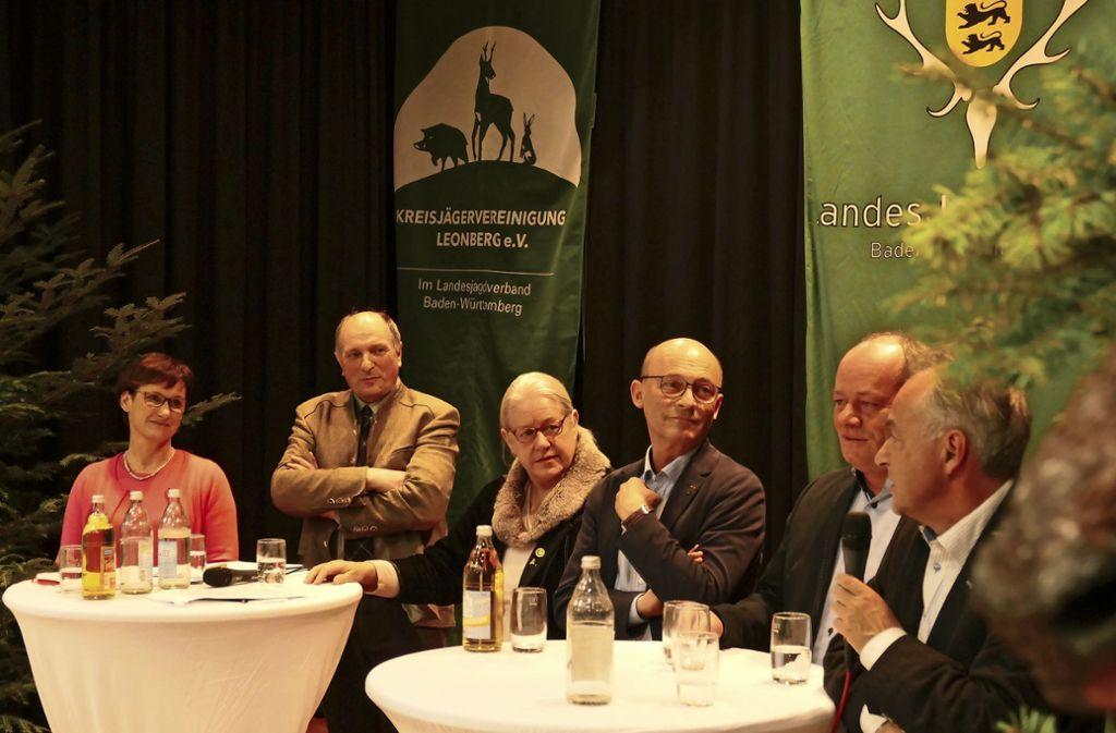 Soll der Wolf gejagt werden oder nicht? Sabine Kurtz, Thomas Dietz, Heiderose Berroth, Bernd Murschel, Andreas Kindler und Tobias Brenner (v.l.) diskutieren. Foto: Schöll