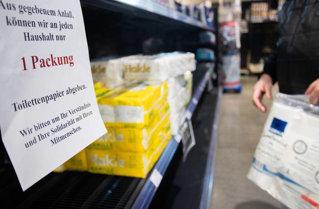 Weil viele Menschen sich unsolidarisch verhalten und große Mengen an Klopapier gehamstert haben, wird der Verkauf nun eingeschränkt. Foto: dpa/Tom Weller