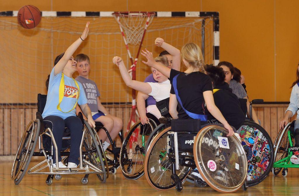 Hier sieht man die Basketball-AG der Margarethe-Steiff-Schule beim Training. Foto: Pressefoto Baumann