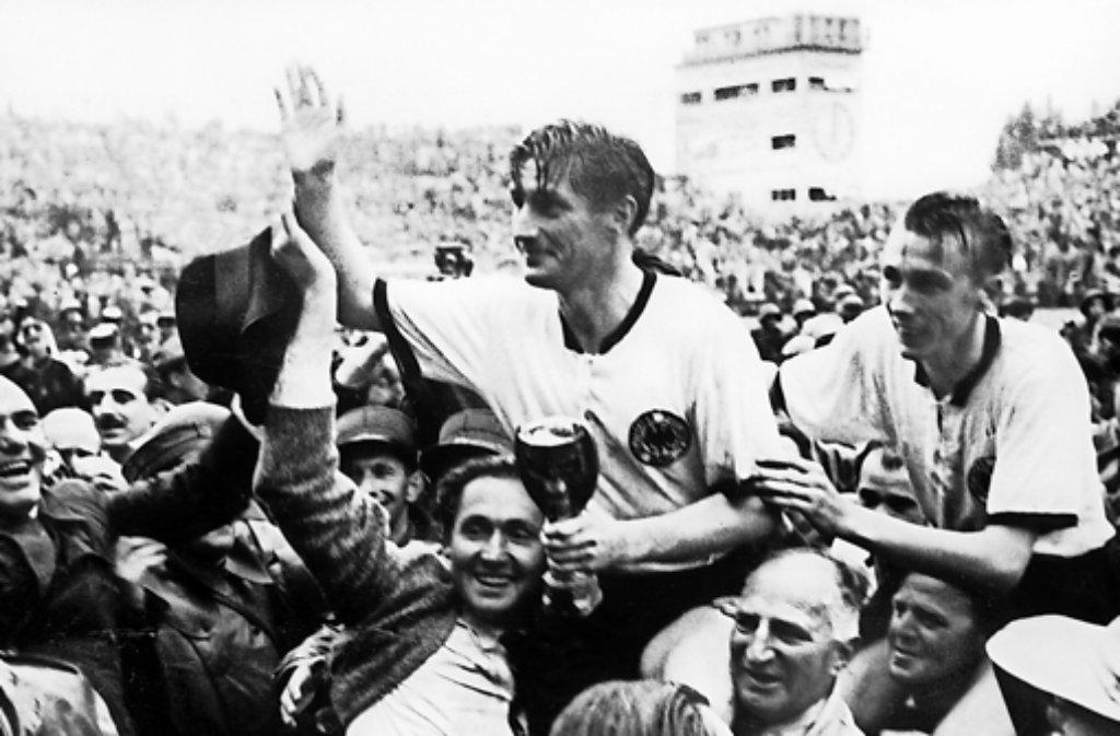 Die Helden von 1954: Kapitän Fritz Walter und Horst Eckel (rechts) werden im Berner Wankdorfstadion gefeiert. Foto: dpa