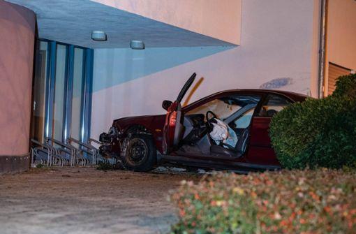 Betrunkener Autodieb rammt Hauswand, flüchtet und ruft Polizei