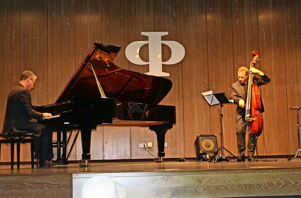 Chris Geisler, Klavier,  und Kurt Holzkämper, Kontrabass,  bilden das Pianotopia Duo, das im Augustinum unplugged, also weitestgehend ohne Elektronik,  spielte. Foto: Sabine Schwieder