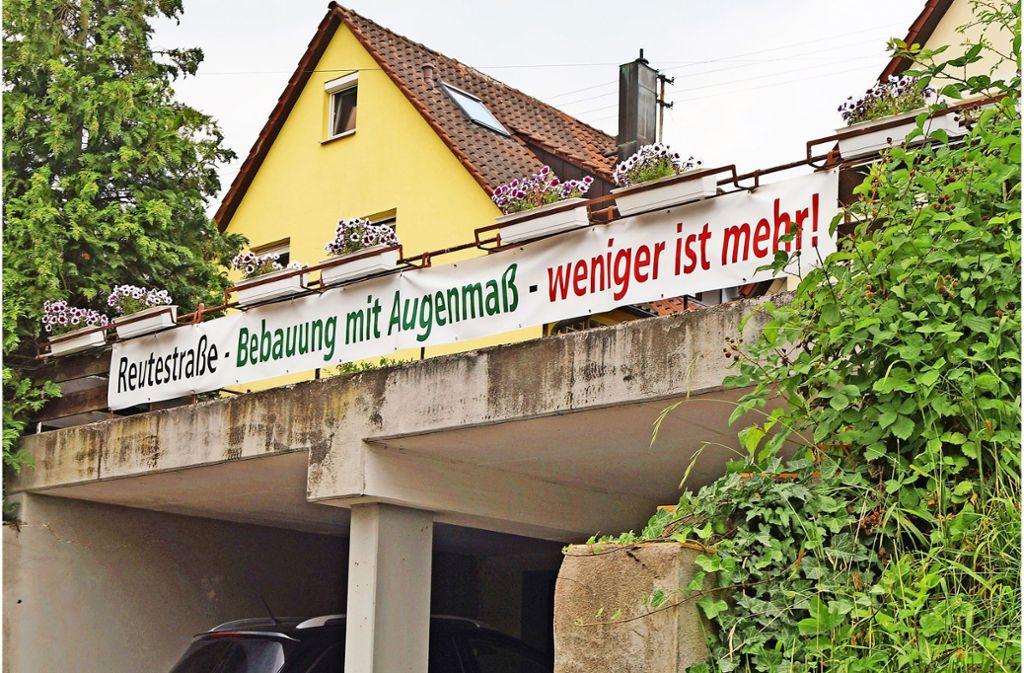 An der Reutestraße wehren sich die Nachbarn gegen eine geplante Neubebauung in zweiter Reihe. Unter anderem mit Bannern bringen sie ihre Kritik zum Ausdruck. Foto: Fritzsche