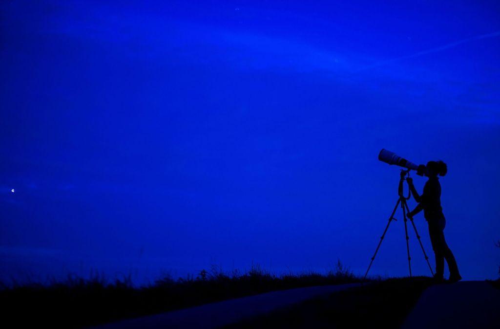 Eine Frau fotografiert den Nachthimmel über Rögnitz (Mecklenburg-Vorpommern) und versucht Sternschnuppen mit der Kamera aufzunehmen. Foto: dpa