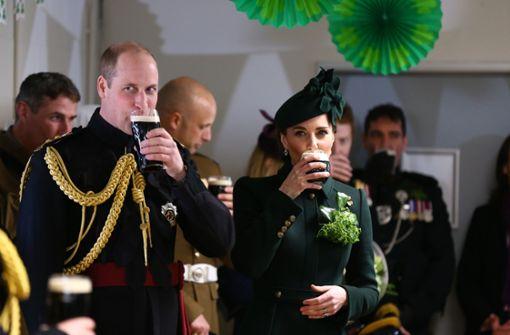 """Herzogin Kate und Prinz William stoßen auf """"Paddy"""" an"""