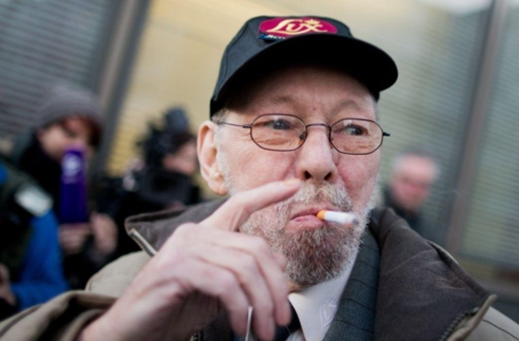 Raucher Friedhelm Adolfs (75) muss seine Wohnung nach 40 Jahren räumen. Foto: dpa