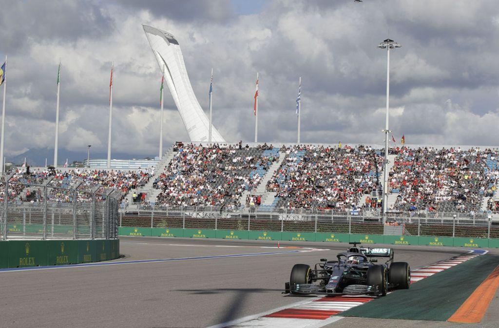 Lewis Hamilton kann sich den Sieg beim Rennen in Sotschi sichern. Foto: dpa/Luca Bruno