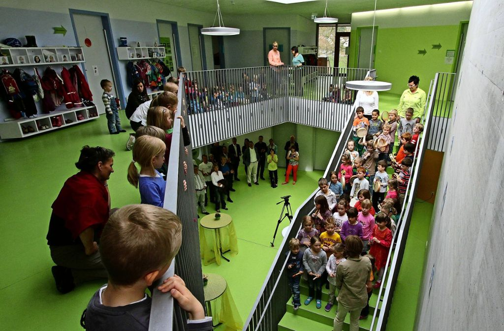 Das Kinderhaus Warmbronn zur Eröffnung 2014: Tagsüber halten sich bis zu 155 Kinder hier auf. Besonders das Foyer heizt sich im Sommer stark auf. Foto: /factum/Jürgen Bach