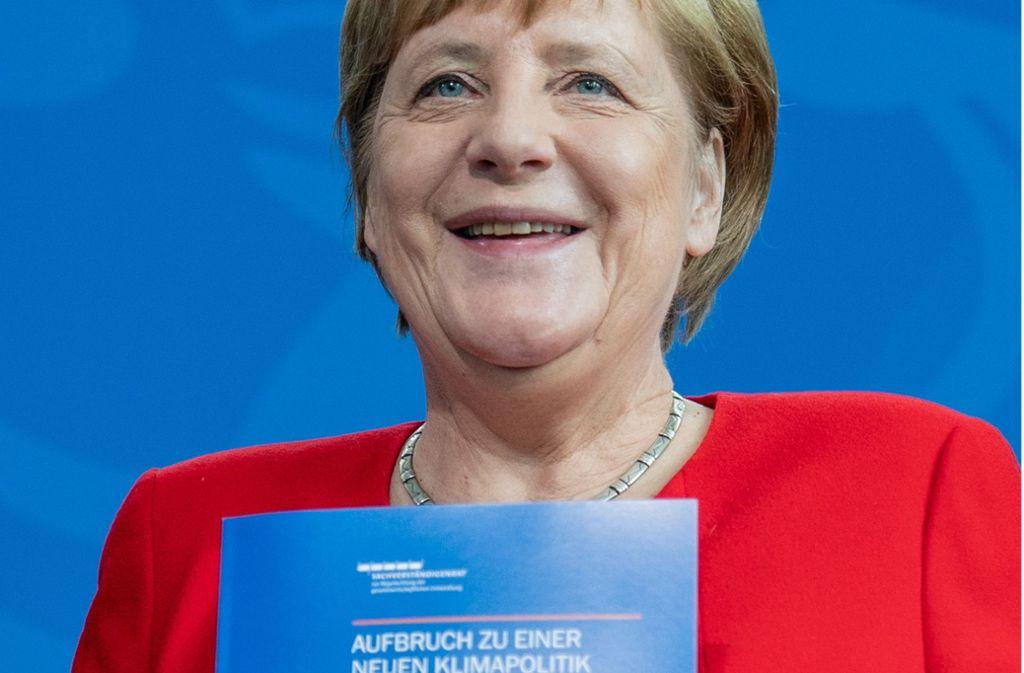 Angela Merkel hat am Freitag das Gutachten des Sachverständigenrats entgegengenommen. Foto: AFP