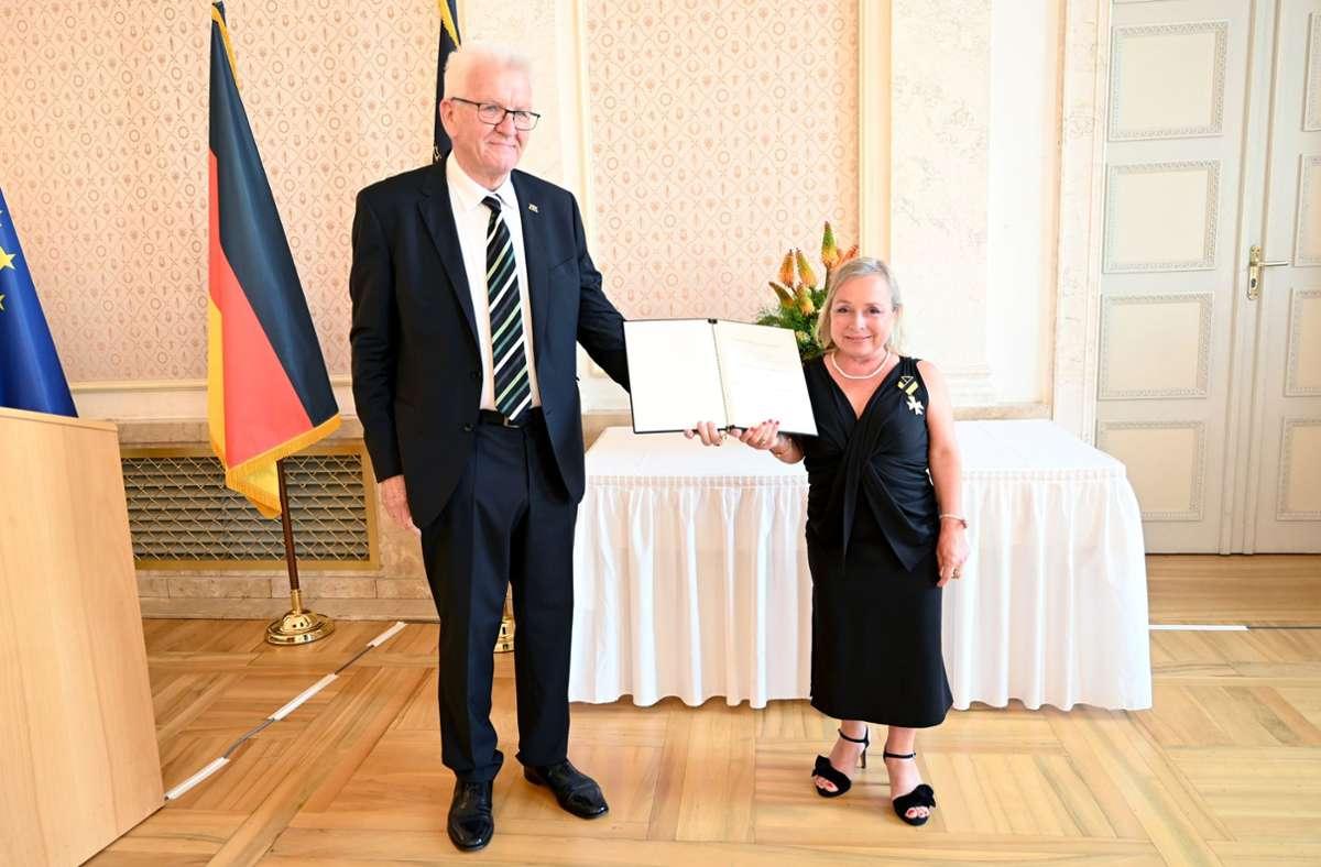 Die Schauspielerin Christine Urspruch erhielt von Winfried Kretschmann den Verdienstorden des Landes Baden-Württemberg. Foto: dpa/Bernd Weissbrod
