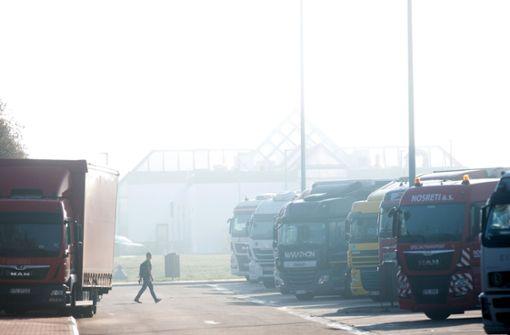 Fahrer rammt mehrere Lastwagen und flüchtet