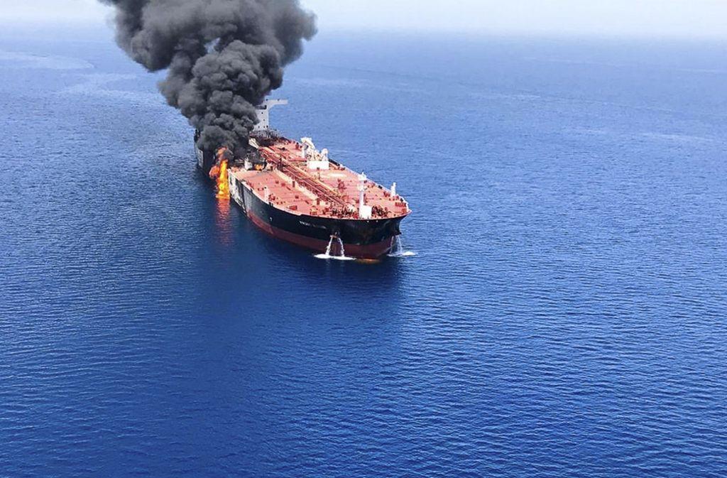 Ein brennender Öltanker nahe der Küste des Irans. Foto: Uncredited/Iranian Students New