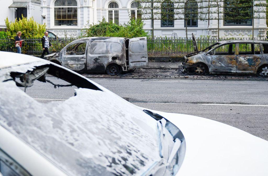Für die Geschädigte, deren Autos zerstört wurden, gibt es kostenlose Monatskarten für die Öffentlichen in Hamburg. Foto: dpa