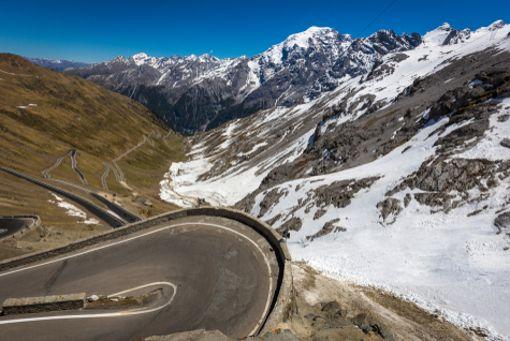 Platz 5 - Stilfser Joch: Das Stilfser Joch ist für Rennrad-Fahrer eine Tour der Superlative. Direkt gegenüber vom Ortler führt der Passo Stelvio ab Prad mit 48 Kehren auf 2757 Meter Höhe. Der höchste Gebirgspass in Italien und nach dem Col de l'Iseran der zweithöchste asphaltierte Gebirgspass der Alpen, verbindet Bormio im Veltlin (Lombardei) mit Prad im Vinschgau (Südtirol).