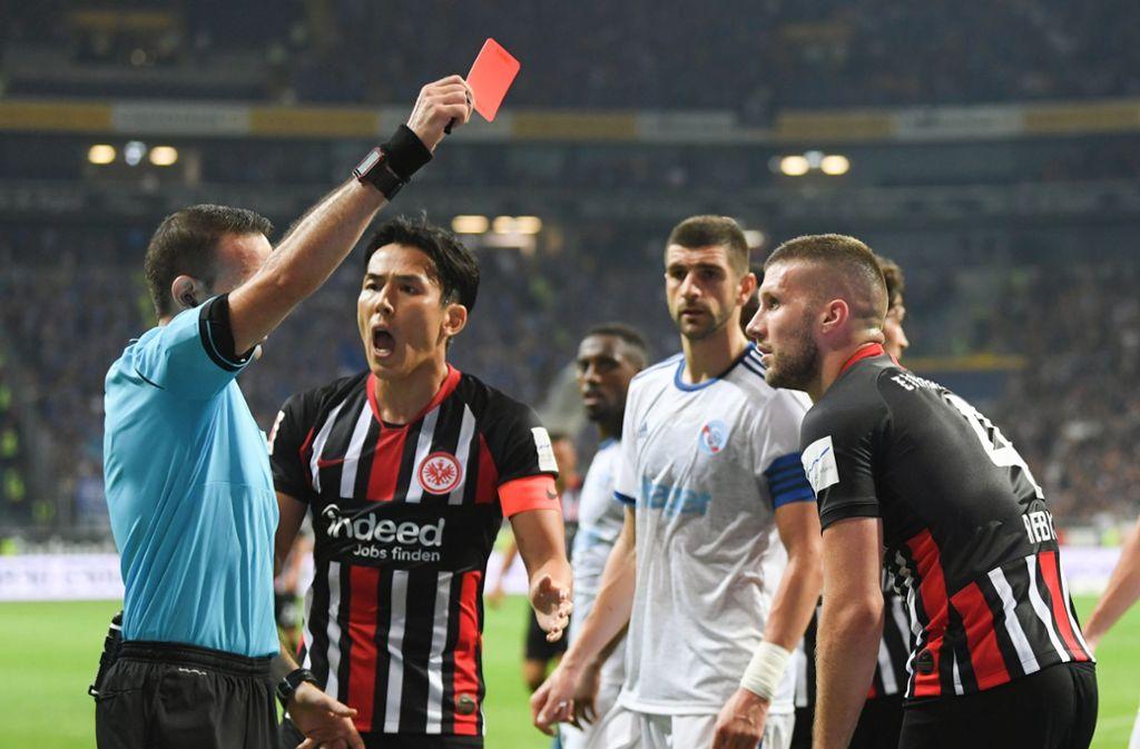Schiedsrichter Orel Grinfeld (links) zeigt Frankfurts Ante Rebic (rechts) nach einem Tackling die Rote Karte. Foto: dpa