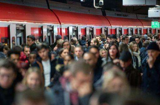 Bahnhelfer stellen sich Fahrgästen in den Weg
