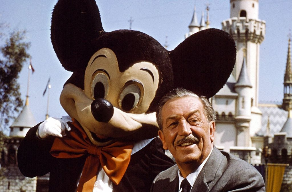Walt Disney mit einer Micky-Maus-Figur im kalifornischen Disneyland Foto: dpa